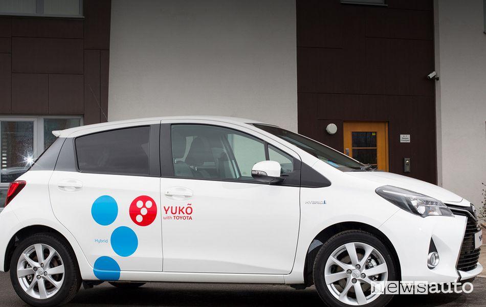 Yuko con Toyota car-sharing ibrido
