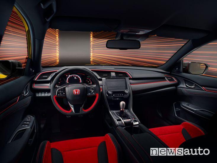 Materiali fonoassorbenti al posto dell'infotainment nell'abitacolo dell'Honda Civic Type R Limited Edition
