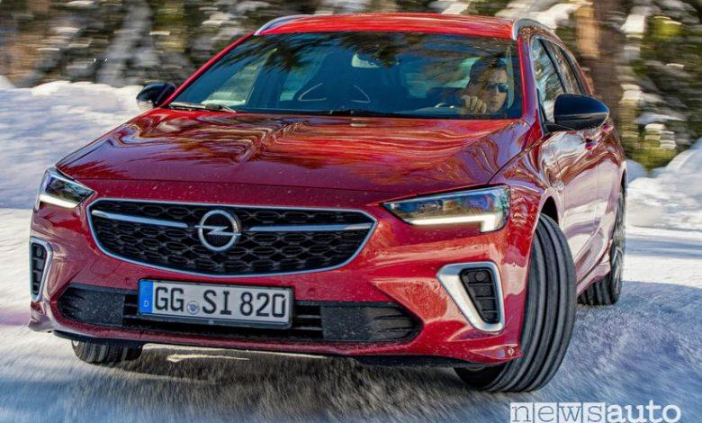 Opel Insignia GSi Sports Tourer 2020 in azione sulla neve