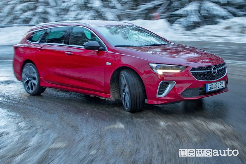 Opel Insignia GSi Sports Tourer 2020 inserimento in curva sulla neve