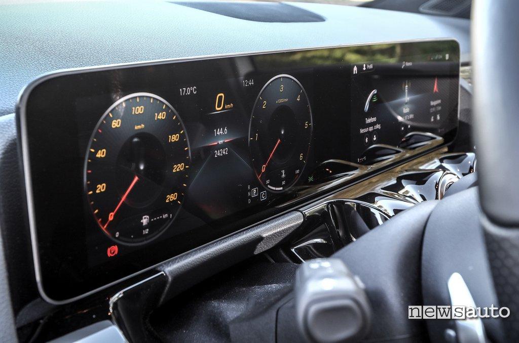 """molto scenografico il doppio display da 10,25"""" del sistema MBUX di Mercedes B180d 2020"""