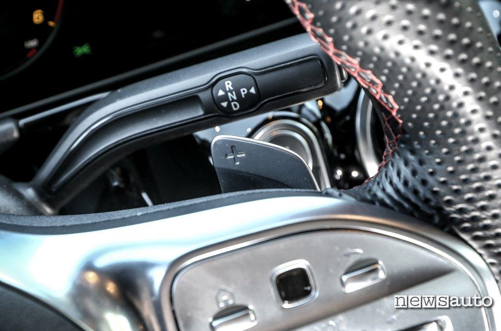 leva cambio e palette al volante di Mercedes B180d 2020