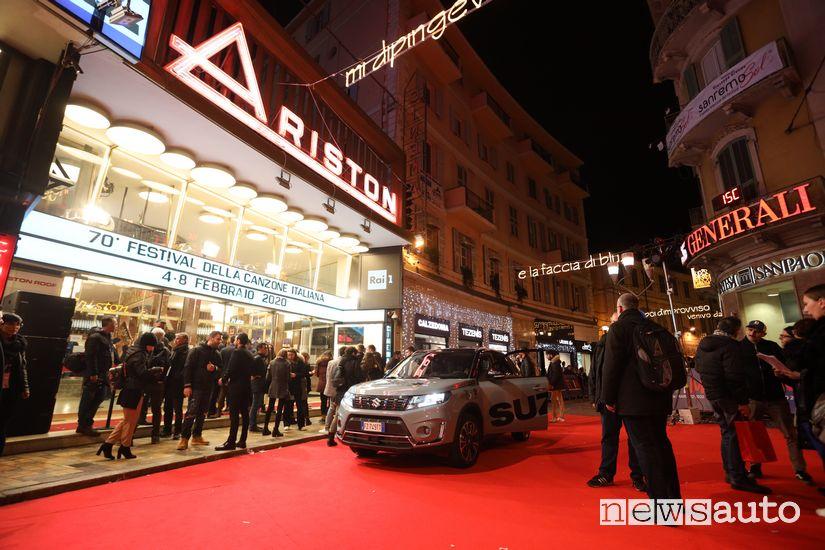 Suzuki Vitara Hybrid davanti all'entrata del Teatro Ariston di Sanremo