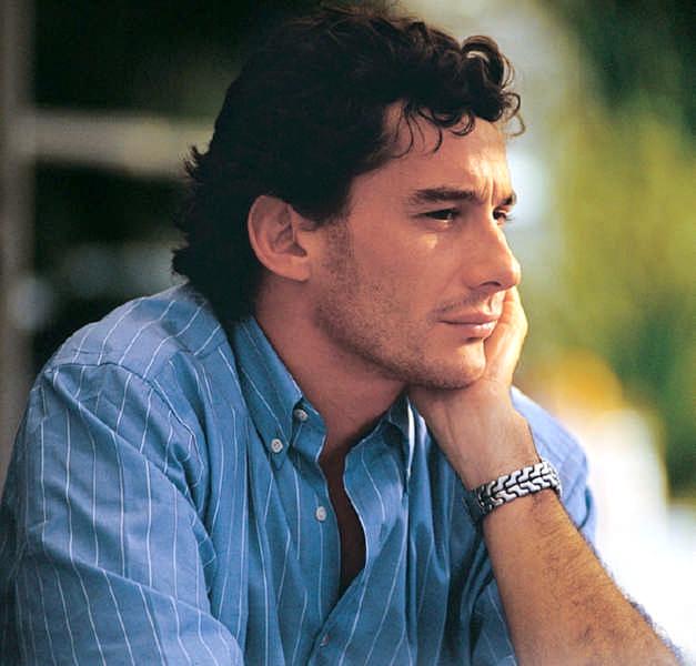 Ayrton Senna un primo piano che lo ritrae in un momento di riflessione