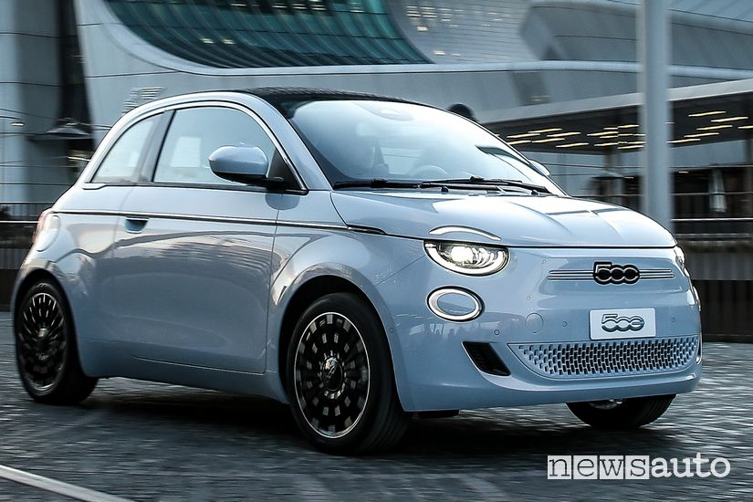 Vista di profilo Fiat 500 elettrica cabrio La Prima
