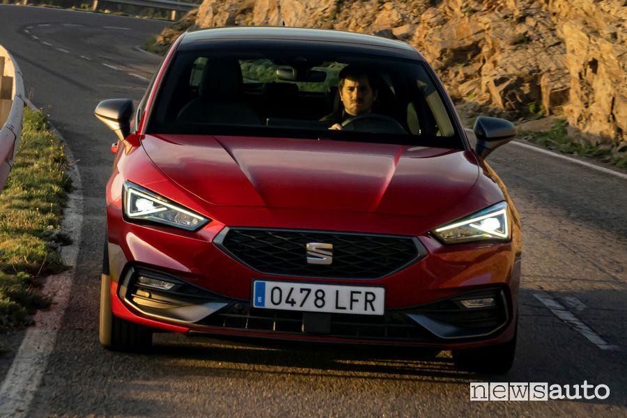 Vista anteriore Seat Leon FR rossa