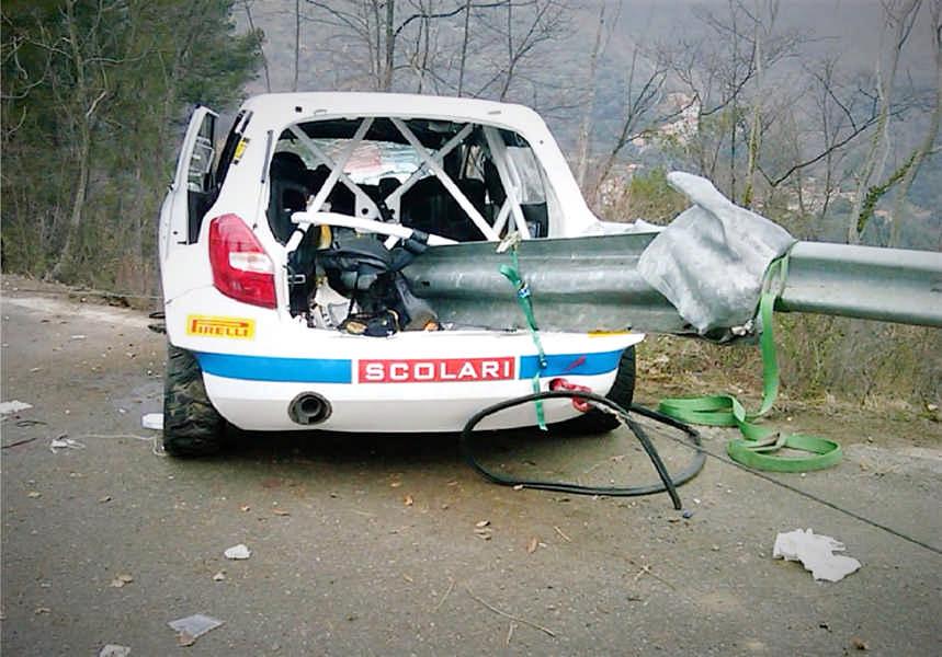 Un caso particolare di incidente auto (da rally di Kubica) con guard rail