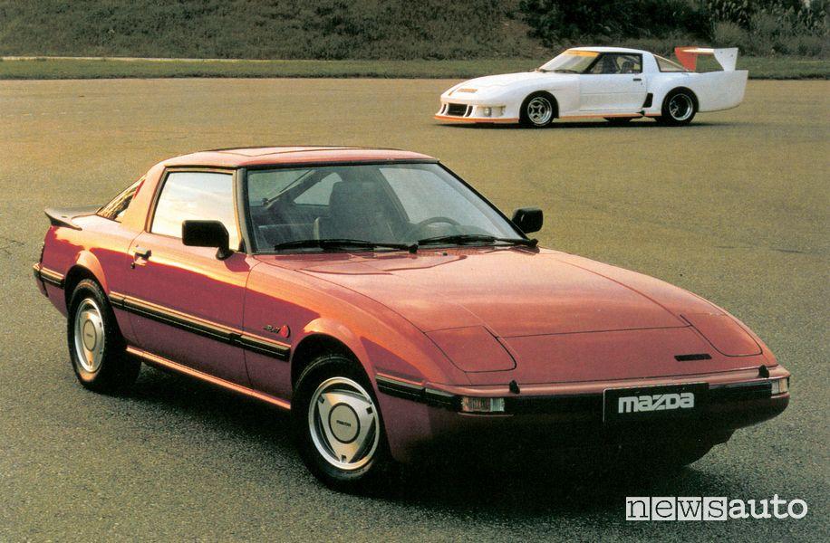 Mazda RX-7 1^ serie insieme alla versione da corsa del 1980