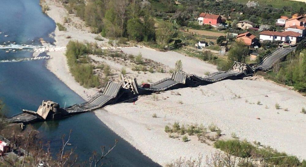 Ponte crollato ad Aulla