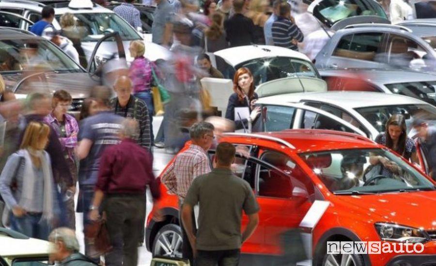 Pubblico che affolla una  esposizione di auto: sembra un miraggio.  Crisi vendite auto marzo 2020 mercato europa Europa marzo 2020: Germania, Regno Unito, Francia, Italia e Spagna in calo sui principali mercati