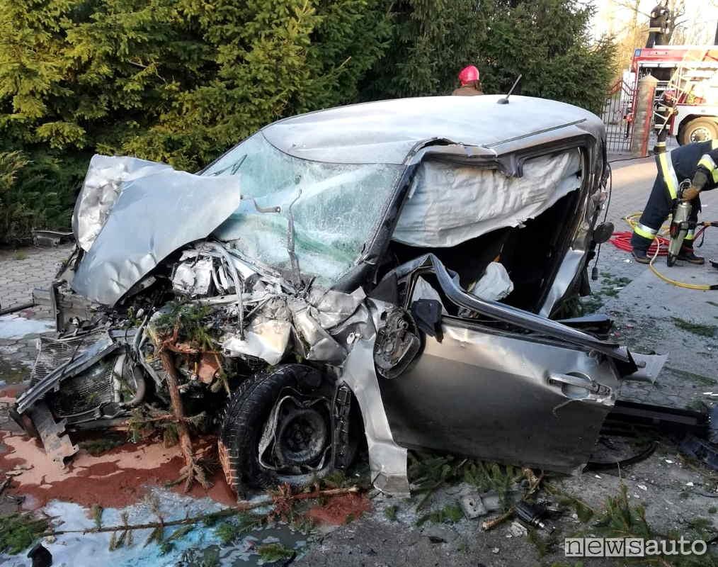 Gli airbag hanno attutito il tremendo impatto della Suzuki Swift nell'incidente alla rotonda con decollo e volo di 60 metri.