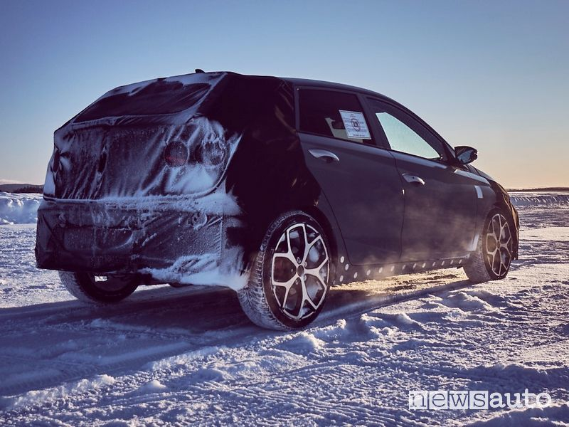Vista posteriore prototipo Hyundai i20 N test in Svezia sulla neve