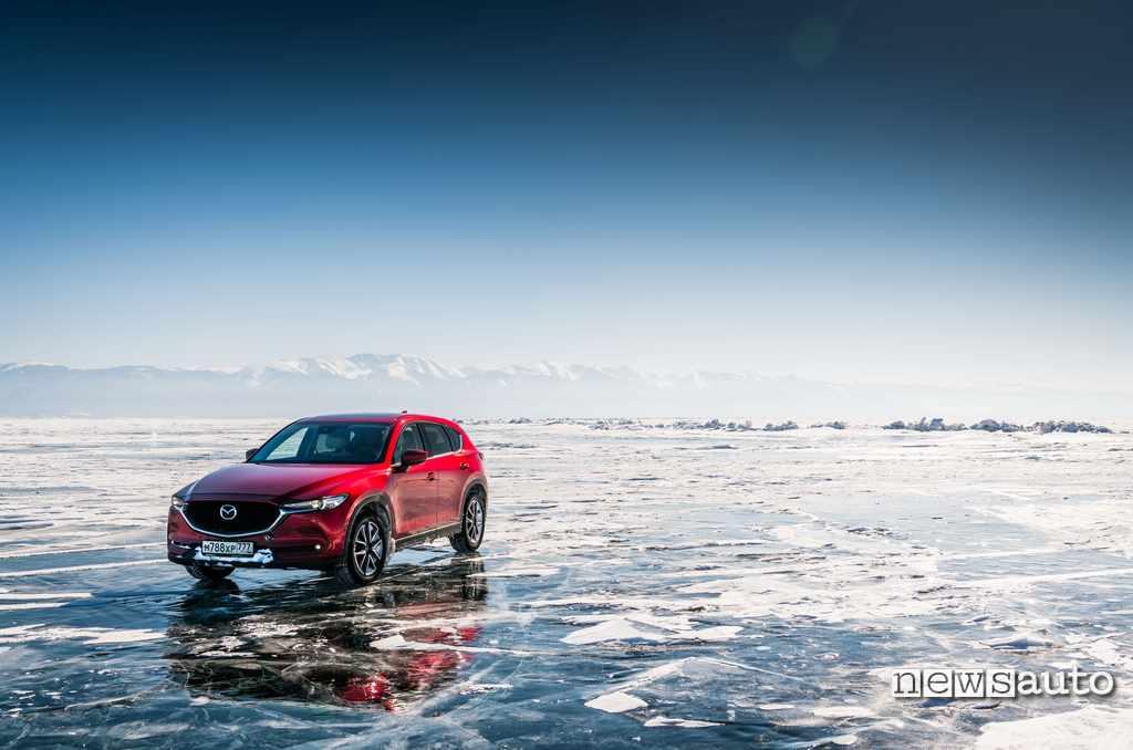 Mazda CX-5 sul lago Baikal ghiacciato nel 2018