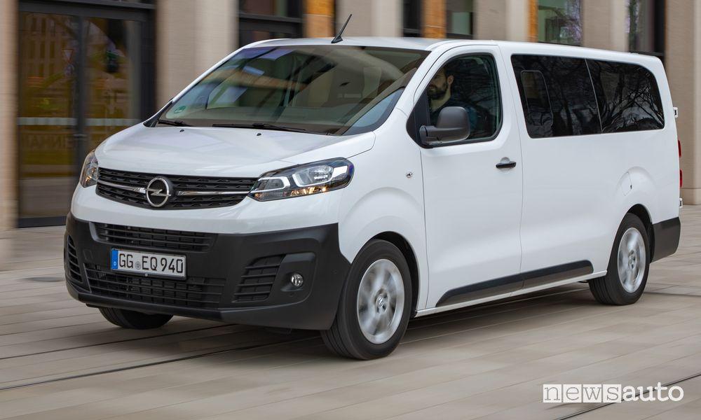 Vista di profilo Opel Vivaro Life Combi in movimento su strada