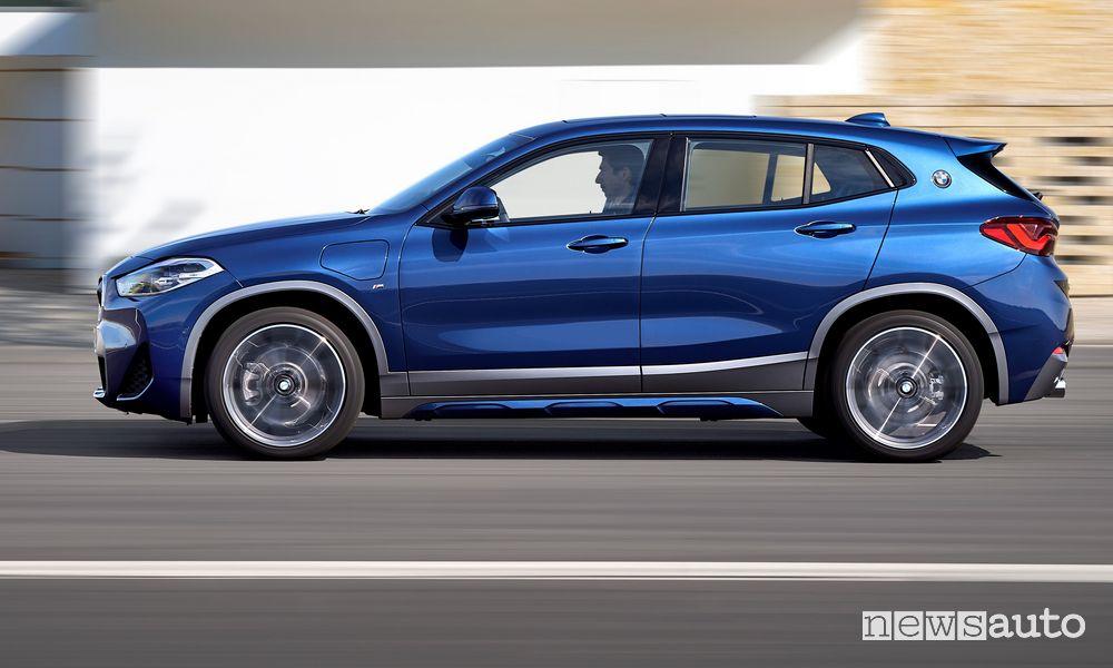 Vista laterale BMW X2 xDrive25e su strada