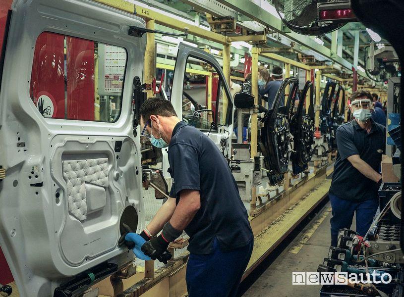 Mascherine e guanti protezione Covid-19 nella fabbriche Ford