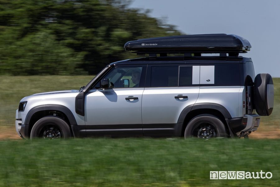 Tenda da tetto Autohome chiusa Land Rover Defender 110 in movimento