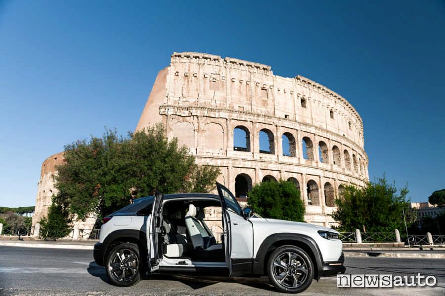 Con l'auto elettrica a Roma si circola nella ZTL gratuitamente (Il Colosseo con la Mazda MX-30)