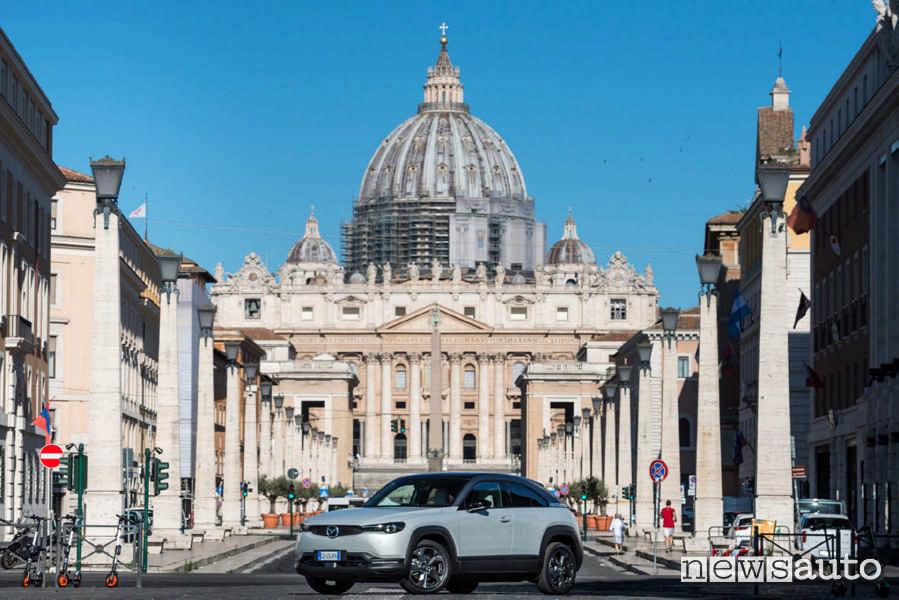 La nuova Mazda MX-30, elettrica ambientata a Roma Basilica di San Pietro