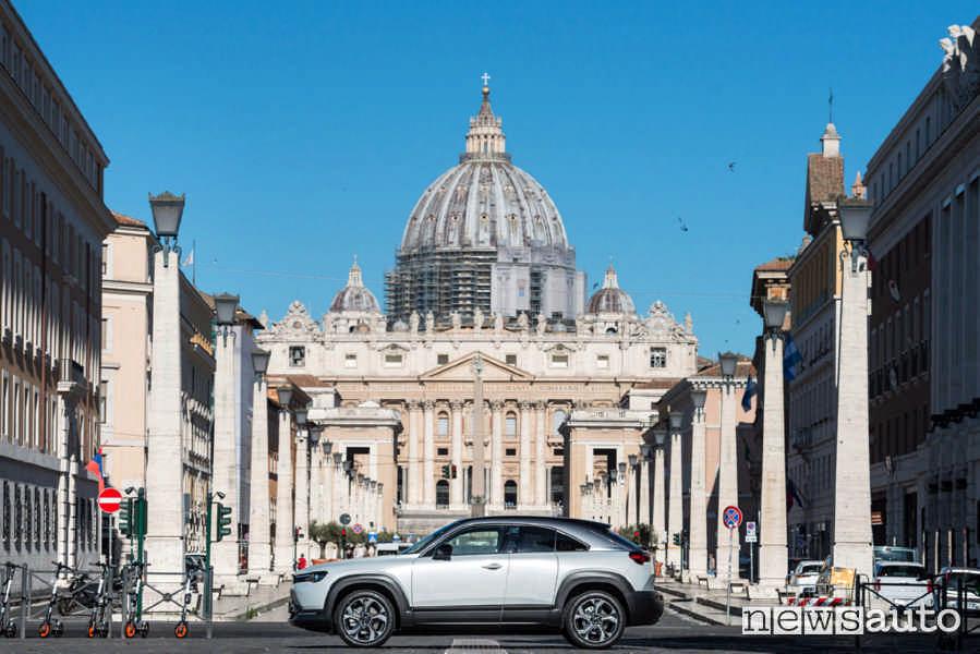 La prova della Mazda MX-30 è avvenuta a ROMA, nello sfondo la basilica di San Pietro vista da via della Conciliazione