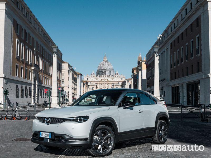 Mazda MX-30 elettrica a Roma davanti San Pietro in Via della Conciliazione