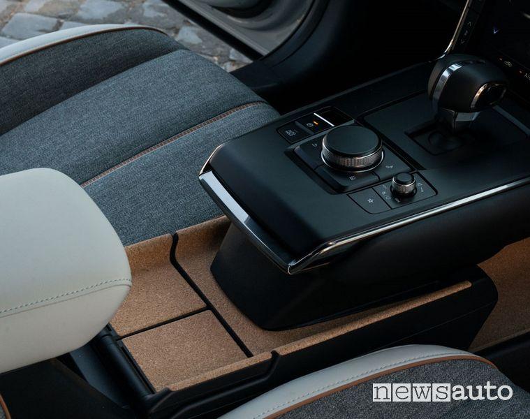 Comandi consolle centrale e dettagli in sughero nell'abitacolo della Mazda MX-30 elettrica