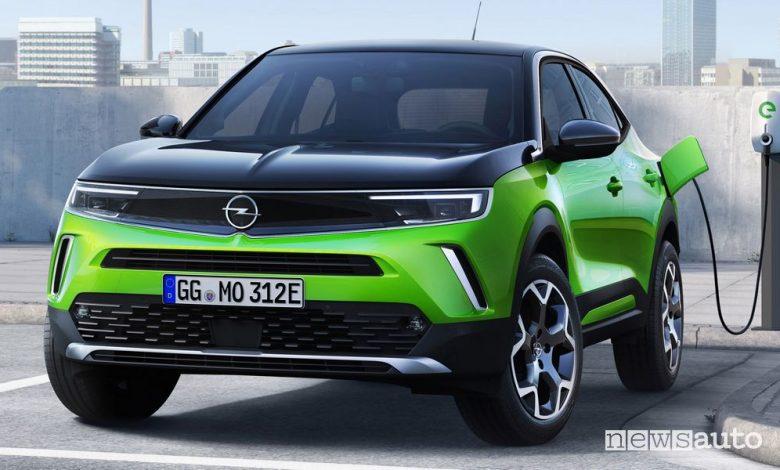 Nuovo Opel Mokka-e elettrico in ricarica da una colonnina pubblica