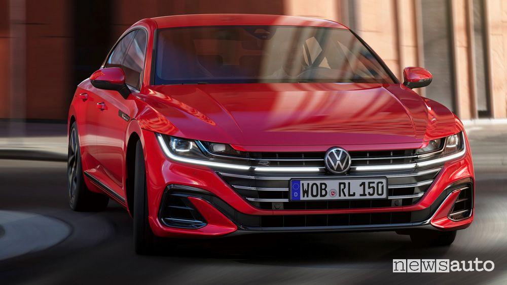 Vista anteriore Volkswagen Arteon R-Line inserimento in curva