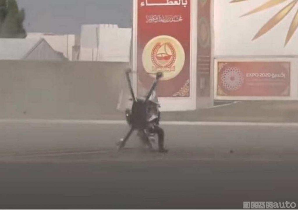 Dopo l'impatto al suolo il drone moto s'impenna anche (Polizia Dubai) (fase dell'incidente drone)
