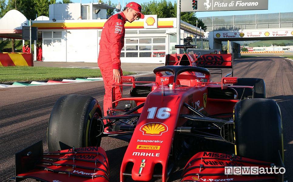 Leclerc con la Ferrari SF100 sulla pista di Fiorano dopo il giro per le vie di Maranello
