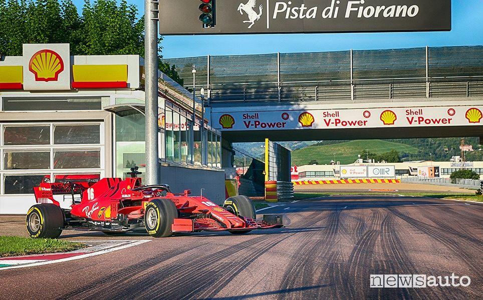 Leclerc sulla Ferrari SF100 raggiunge la pista di Fiorano