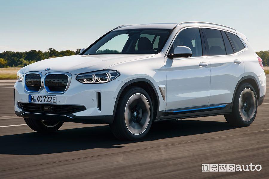 Vista di profilo BMW iX3 SUV elettrico