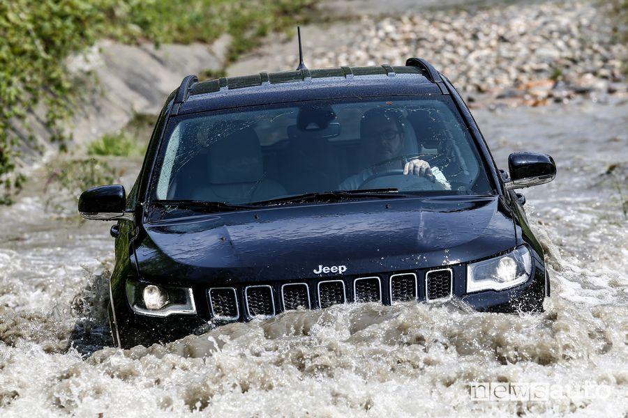 Guado Jeep Compass 4xe Limited ibrida plug-in