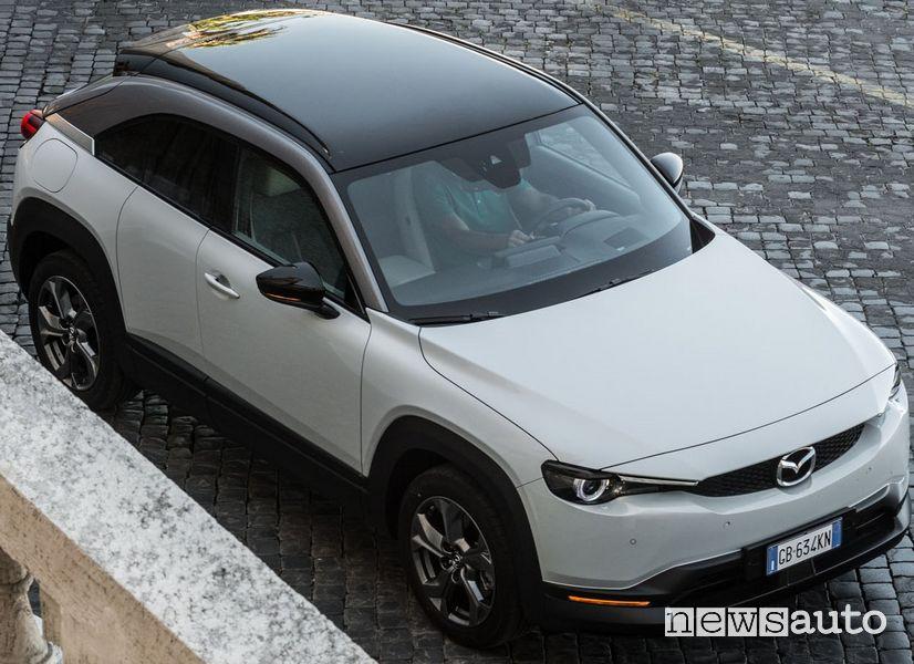 Mazda MX-30 elettrica sui sampietrini di Roma