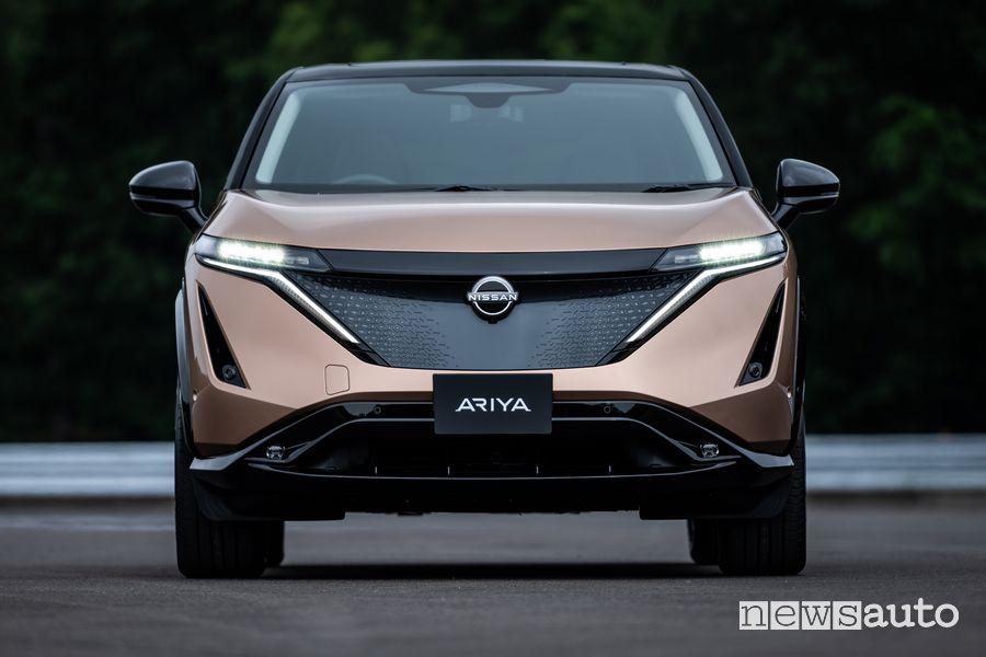 Vista anteriore Nissan Ariya crossover elettrico