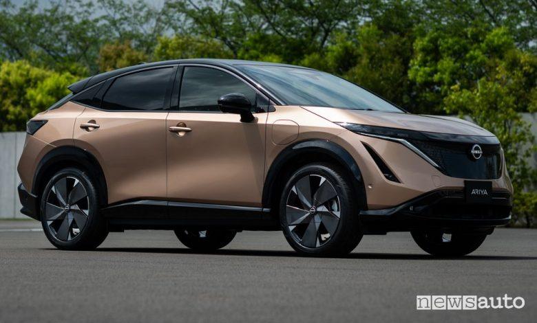 Vista di profilo Nissan Ariya crossover elettrico