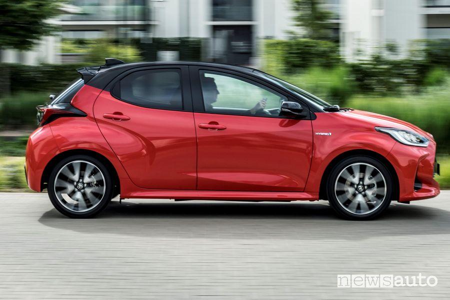 Vista laterale nuova Toyota Yaris