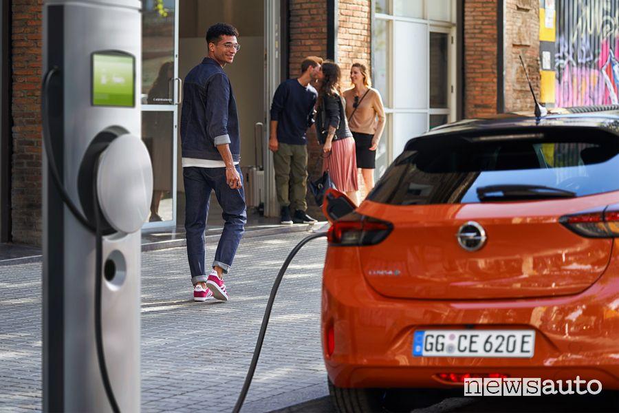 Ricarica da colonnina pubblica Opel Corsa-e elettrica Orange