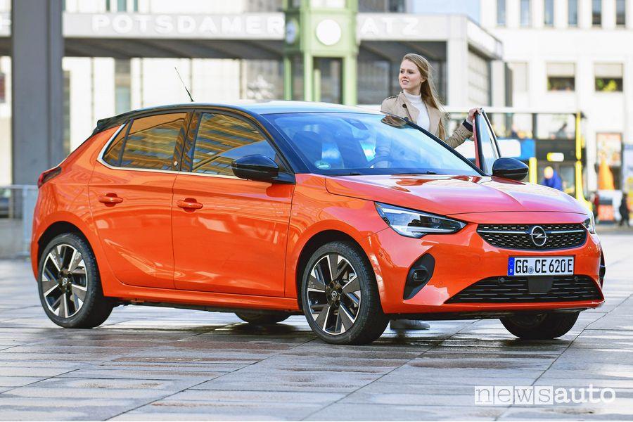 Vista di profilo Opel Corsa-e elettrica Orange