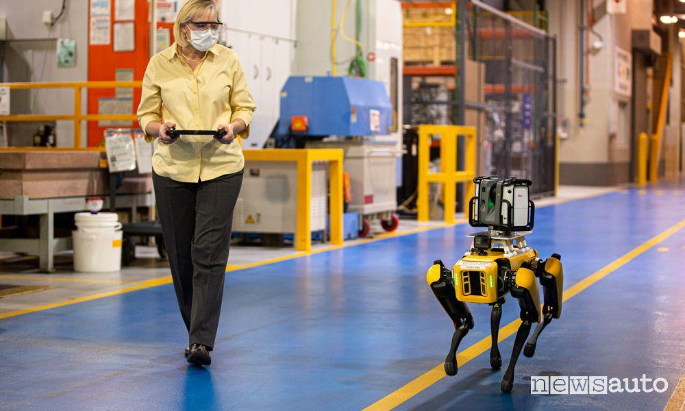 Robot a 4 zampe Fluffy Ford controllato da un tablet