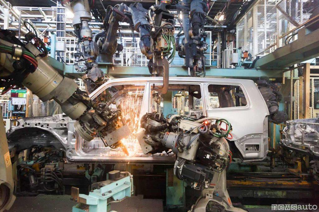 La catena di montaggio del Mitsubishi Pajero con i bracci dei robot