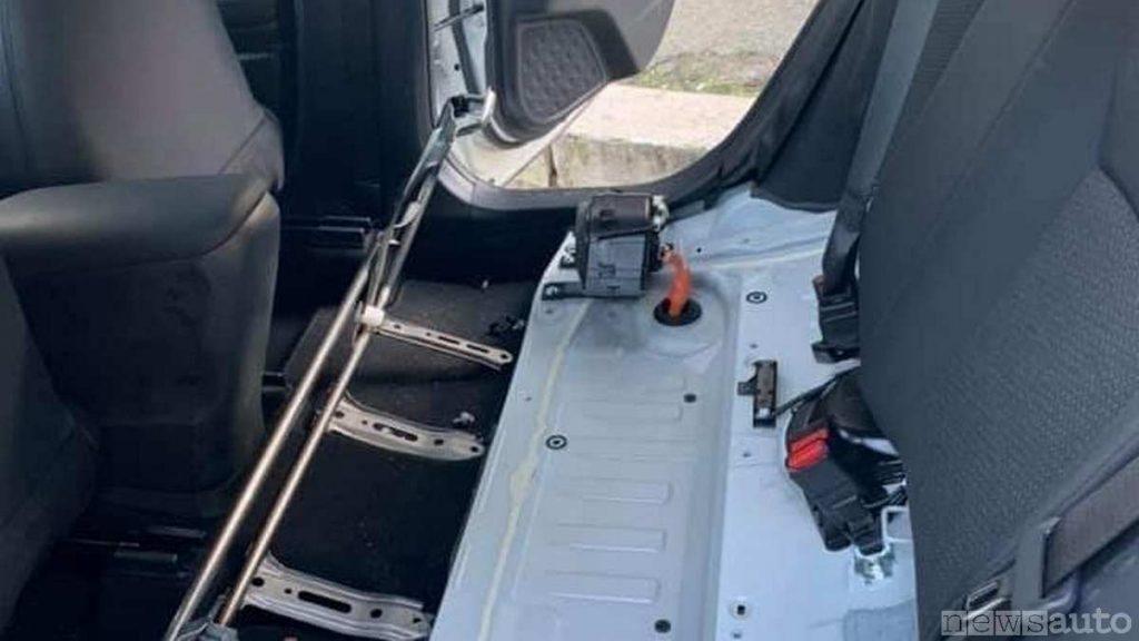 Un'auto ibrida oggetto di scasso per furto del pacco batteria al litio
