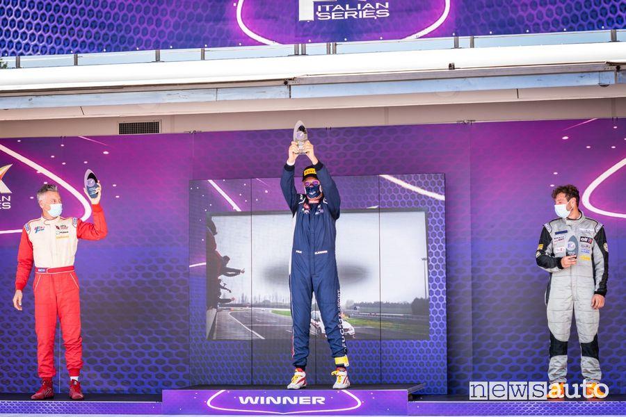 Massimo Arduini festeggia la vittoria sul podio di Varano