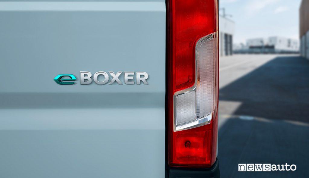 """Nuovo Peugeot e-Boxer Monogramma""""e-BOXER"""" sul portellone posteriore"""