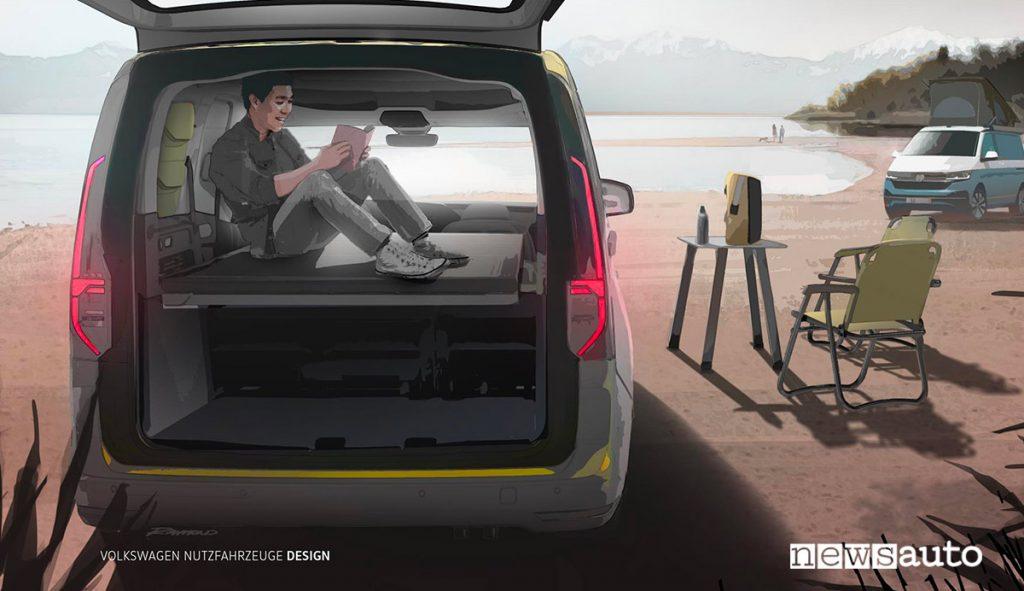 Volkswagen Mini-camper. Anteprima teaser ragazzo che legge in cuccetta zona notte. Sedie leggere e tavolo da campeggio California.