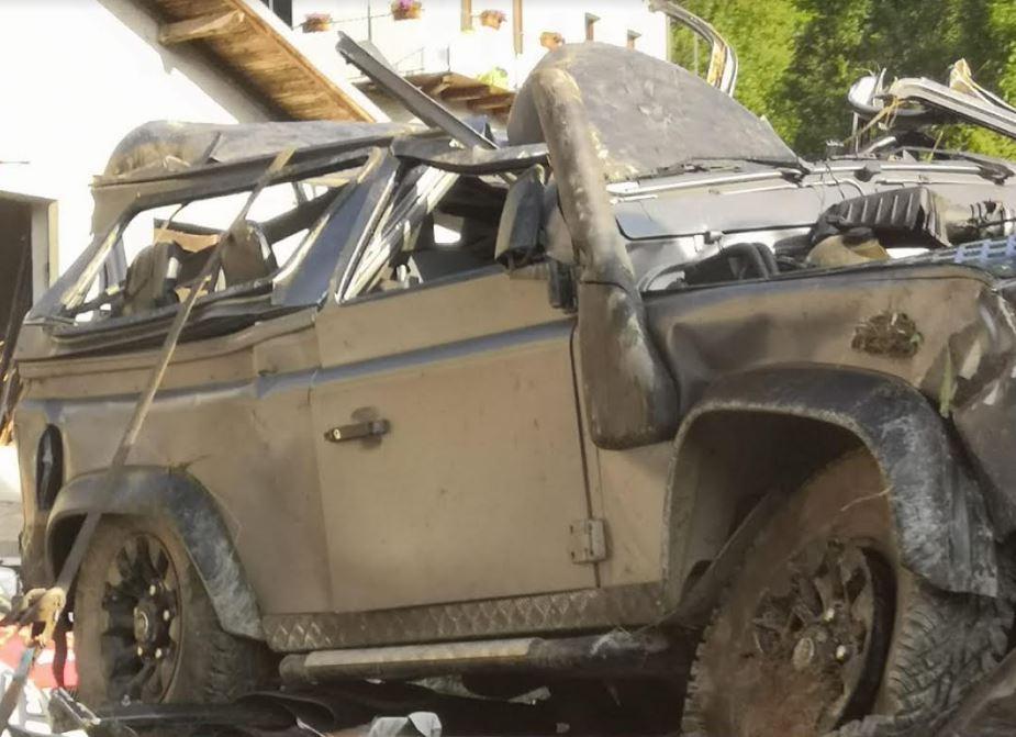 Tetto schiacciato del Defender coinvolto nell'incidente sulle montagne di Cuneo
