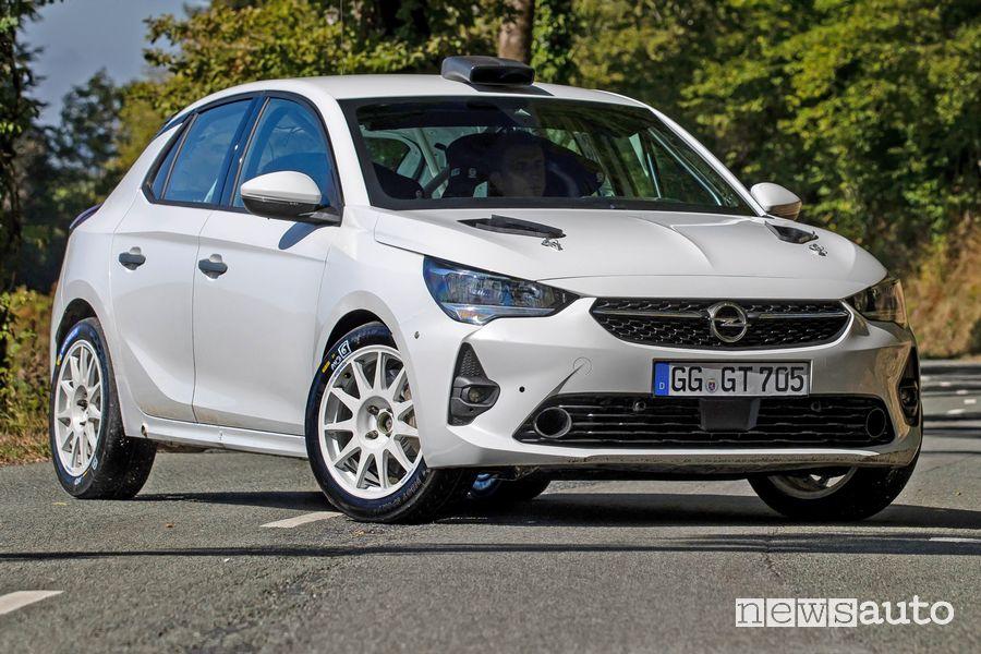 Vista di profilo Opel Corsa Rally4