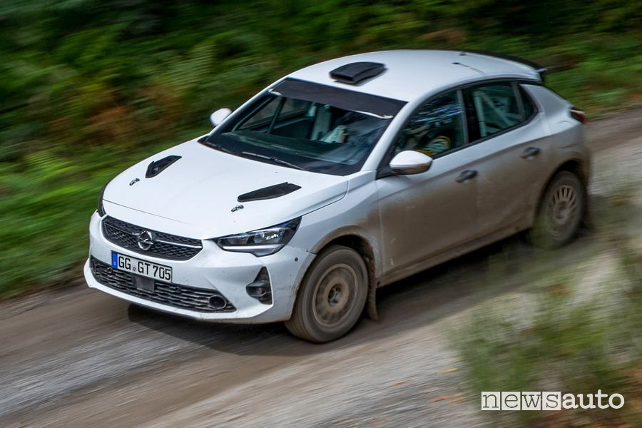 Vista di profilo Opel Corsa Rally4 sullo sterrato