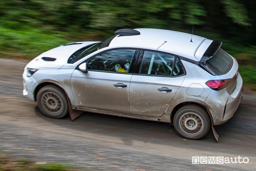 Vista dall'alto Opel Corsa Rally4 sullo sterrato