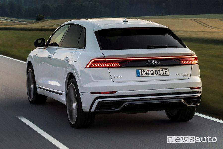 Vista posteriore Audi Q8 TFSI e quattro in strada
